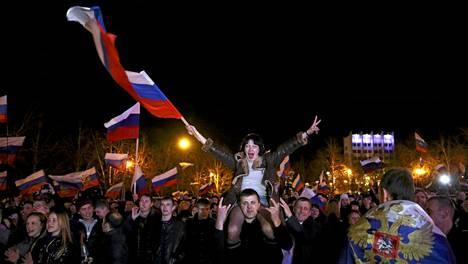 Venäläismieliset krimiläiset riemuitsivat jo alustavan äänestystuloksen tultua.