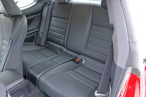 Auto on 2+2-paikkainen, mutta kuten tavallista, takaistuin soveltuu lähinnä kauppakassien kuljettamiseen.
