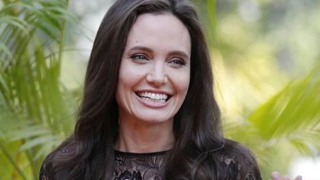 Jolie näytti iloiselta ja hyväntuuliselta edustaessaan lastensa kanssa.