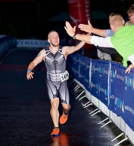 Juha Riikonen taisteli itsensä maaliin parin tunnin uinnin, seitsemän tunnin pyöräilyn ja noin viiden ja puolen tunnin juoksun jälkeen.