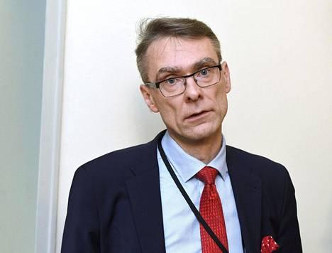 VTV:n entinen pääjohtaja, nykyinen oikeuskansleri Tuomas Pöysti oli yksi suosittelijoista, kun Yli-Viikari haki VTV:n pääjohtajaksi loppuvuodesta 2015. Pöysti arvosteli maanantaina VTV:n rahankäyttöä Yli-Viikarin kaudella.