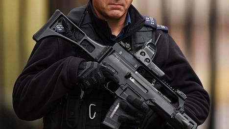Järeästi aseistautunut poliisi seisoi vartiossa pääministerin virka-asunnon edustalla Lontoossa pari viikkoa sitten.