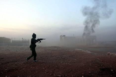 Kapinallistaistelija Aleppon rintamalla.