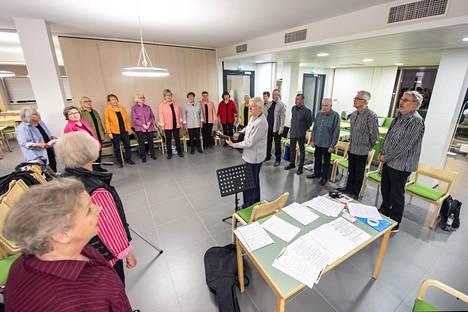 Slangikuoro harjoittelemassa Matti Reittamon johdolla Ruskeasuon seurakuntasalossa.