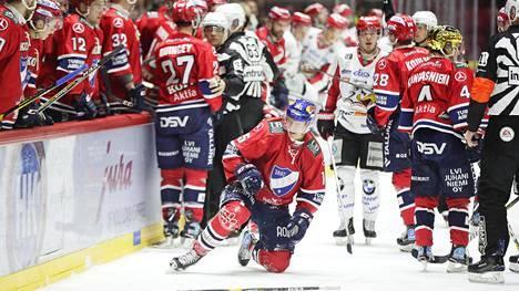 Anton Lundell loukkasi itseään Tommi Tikan taklauksesta mutta palasi vielä peliin.