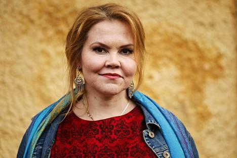 Kirjailija Katja Ketju toimii haasteen kummina.