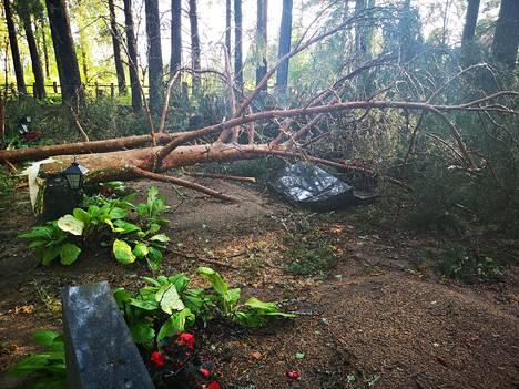Ukkonen kaatoi puita hautausmaalla. Rytäkässä rikkoontui myös hautakiviä.