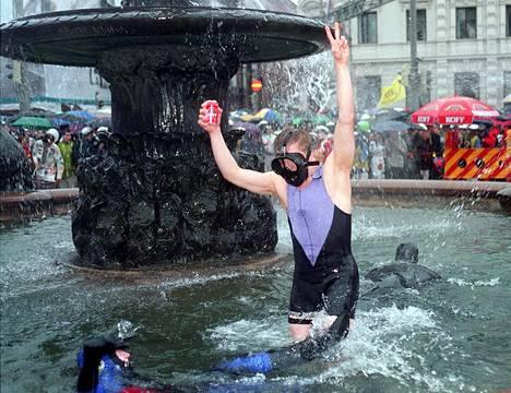 Nuorimies pulahti Havis Amandan koleaan altaaseen kevätsateessa vappuna 1990.