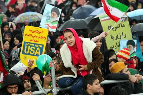 Iranilaiset kantoivat Yhdysvaltojen-vastaisia ja Irania tukevia kylttejä.