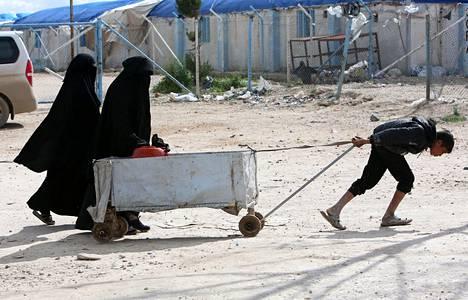 Poika vetää kärryjä al-Holissa huhtikuussa.
