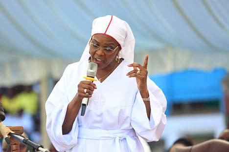 Suorapuheisuudellaan sekä kannattajia että vastustajia kerännyt Grace Mugabe puhui 5. marraskuuta kirkon tapahtumassa stadionilla Hararessa.