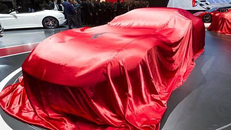 Peitteen alla lymyilee muhevamuotoinen supersportti. Kyllä, se on uusi Ferrari 812 Superfast.