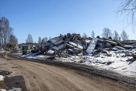 Purettujen betonirunkoisten talojen tilalle nousee kevään aikana puutaloja.