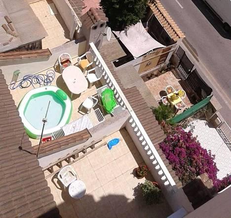 Asunnon uudet asukkaat laittoivat yläkerran kattotasanteelle muovisen uima-altaan. Viime kuukausina vedenkulutus on ollut kovaa.