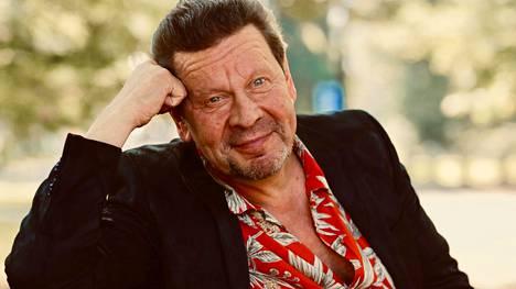 Pate Mustajärvi laulaa nyt äärimmäisen henkilökohtaisista asioista: lapsuudesta, nuoruudesta ja rakkaudesta.