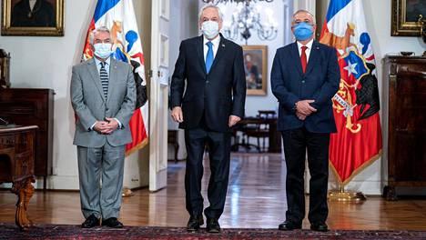 Chilen presidentti Sebastian Pinera, uusi terveysministeri Oscar Enrique Paris sekä hänen edeltäjänsä Jaime Manalich.