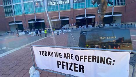 Yhdysvaltojen Baltimoressa sijaitseva MT Bank Stadium on muutettu koronarokotteiden jakelupisteeksi. Lakana mainosti tarjolla olevan tänään Pfizerin rokotetta.