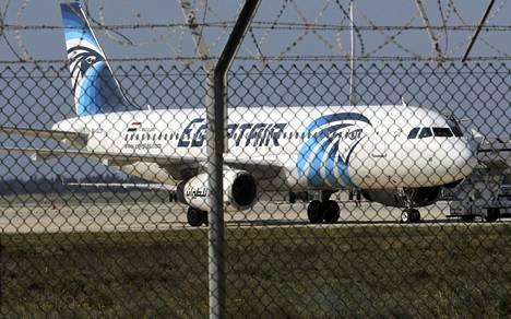 Egypt Airin lentokone Larnacan lentokentällä.