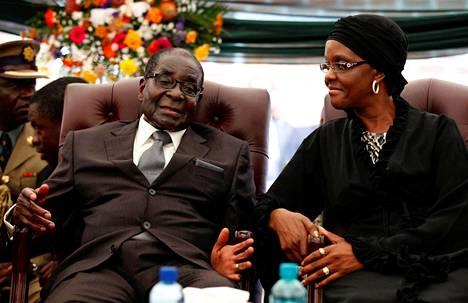 Tammikuussa 2014 Mugabe osallistui vaimoineen sisarensa Bridgetin hautajaisiin Zvimban kylässä.
