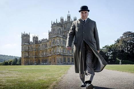 Eläkkeellä oleva hovimestari Carson (Jim Carter) palaa kartanoon kuninkaallisten vierailun ajaksi.
