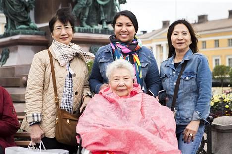 Yhdysvalloissa asuvat Natasha Burmag (takarivissä keskellä), isoäiti Tangguay Saetang pyörätuolissa, farkkutakissa Eia Reiter ja Nipaparn Asavajaru vierailivat Helsingissä.