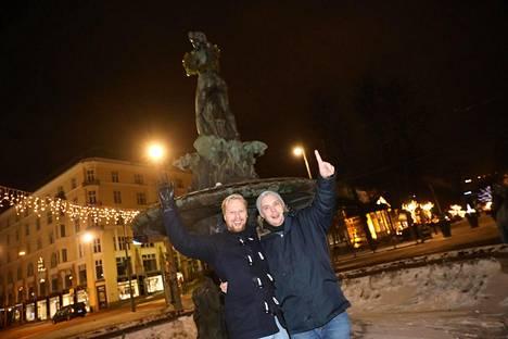 Teemu Lahdelma ja Joakim Larkio olivat ensimmäiset Mantalla. He saapuivat paikalle suoraan kisakatsomosta helsinkiläisestä sporttibaarista.