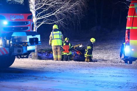 Kuljettajan hallinnasta lähtenyt auto törmäsi lopulta puuhun.