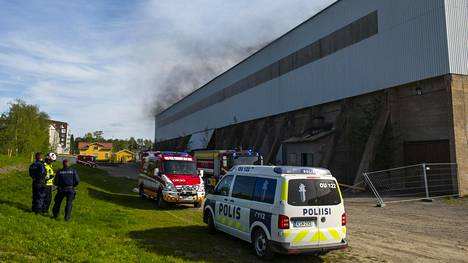 Vanha teollisuushalli on jäänyt keskelle Toppilansalmen uutta asuinaluetta.