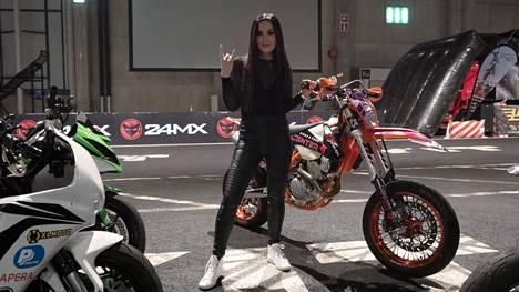 Anniina Pohjonen vietti viikonloppuna Assemblyn lisäksi aikaa MP-moottoripyörämessuilla.