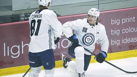 Patrik Laine (oik.) keskusteli joukkuetoverinsa Kyle Connorin kanssa Winnipeg Jetsin harjoitusleirillä maanantaina.