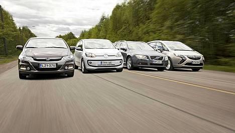 IS ja Auto Bild Suomi kiersivät neljällä autolla lähes tuhannen kilometrin kulutuslenkin. Kuva on koostettu useammasta eri kuvasta.