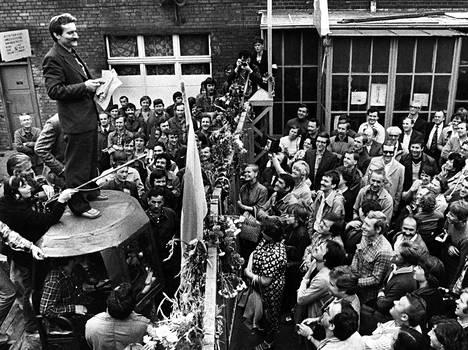 Lech Walesa puhui Gdanskin telakan työläisille elokuussa 1980.