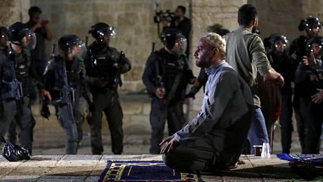 Palestiinalaismies rukoili Al-Aqsan moskeijalla, jonne Israelin poliisi samaan aikaan tunkeutui ramadanin viimeisenä perjantaina. Seuraavalla viikolla konflikti kärjistyi avoimiksi sotatoimiksi.