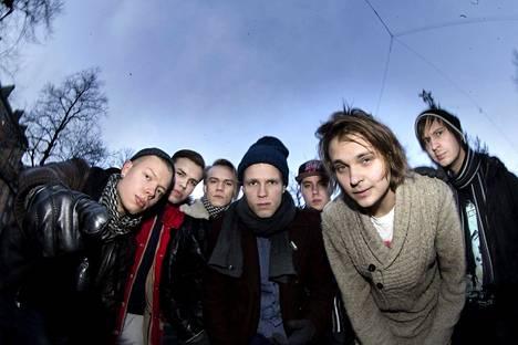 Vuonna 2013 Roope Salminen & Koirat -yhtye alkoi hiljalleen saada nimeä. Tuolloin bändi soitti lähinnä covereita ja keikkaili melko harvakseltaan.