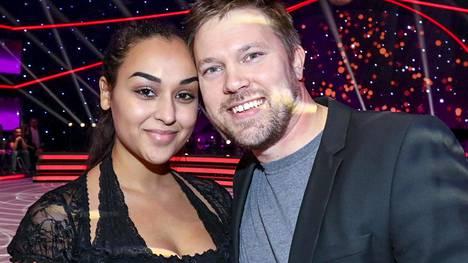 Juha Perälä ja Noora-kihlattu tulivat seuraamaan Tanssii tähtien kanssa -lähetystä paikan päälle.