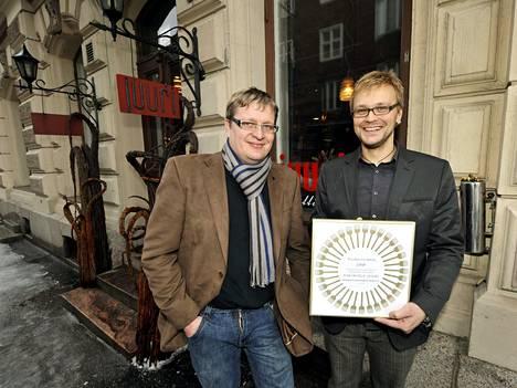 Jarkko Myllymäki (oikealla) ja Ilja Björs Suomen Gastronomisen Seuran valitsemassa Vuoden Ravintolassa, Ravintola Juuressa vuonna 2010.