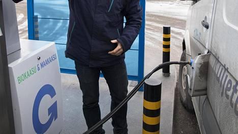 Kuvassa tankataan kaasuautoa Helsingissä.