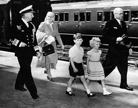 Isoäiti Alice yhdessä pienten prinssi Charlesin ja prinsessa Annen kanssa palaamassa junamatkalta Skotlannista.
