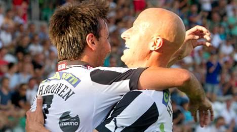 Sami Rähmönen (vas.) ja Mikko Hyyrynen tuulettavat TPS:n maalia.