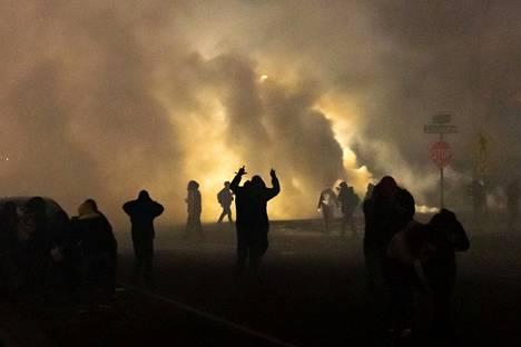 Poliisi ruiskutti kyynelkaasua mielenosoittajien päälle Minneapolisissa sunnuntaina.