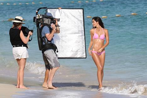Osa naisista ottaa paineita siitä, ettei näytä alakerrasta samalta kuin mallit. Kuvassa Lily Aldridge Victoria's Secretin kuvauksissa.