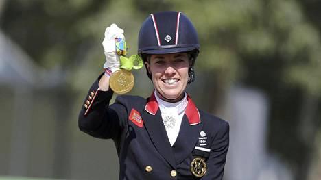 Charlotte Dujardin juhli kultamitalia maanantaina.