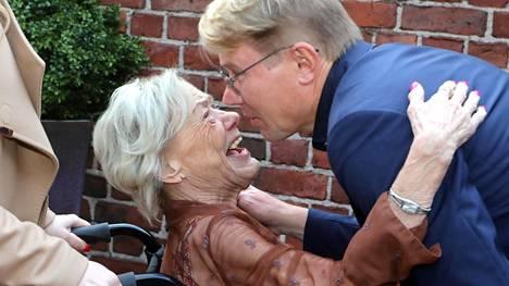 Mika Häkkisen äiti Aila Häkkinen menehtyi eilen 74-vuotiaana. Kuva on Mika Häkkisen vuosi sitten pidetyiltä 50-vuotisjuhlilta.