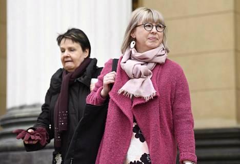 Aino-Kaisa Pekonen ja Kirsi Varhila poistumassa Säätytalolta siellä huhtikuun alussa käydystä kehysriihestä.