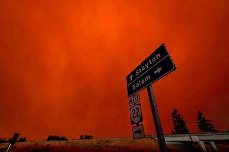 Metsäpalot ovat värjänneet taivaan punaoranssiksi ja täyttäneet ilman savulla Oregonin Salemissa.