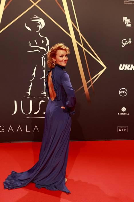 Elena Leeve näytteli vuonna 2020 ilmestyneessä Naurun varjolla -elokuvassa.