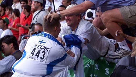 Aki Parviainen syöksyi 1999 Sevillan stadionilla katsomoon kiittämään valmentajaansa Jarmo Hirvosta MM-kullan ratkettua.