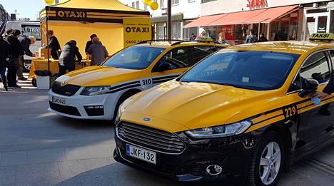Otaxin taksit ovat jatkossa mustia tai valkoisia ja niissä on keltaiset teippaukset.