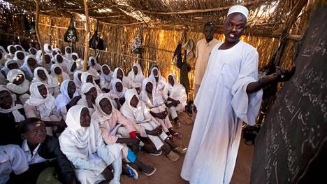 Entistä useampi lapsi pääsee kouluun. Kuvassa pakolaislapset saavat opetusta Sudanissa sijaitsevalla leirillä.