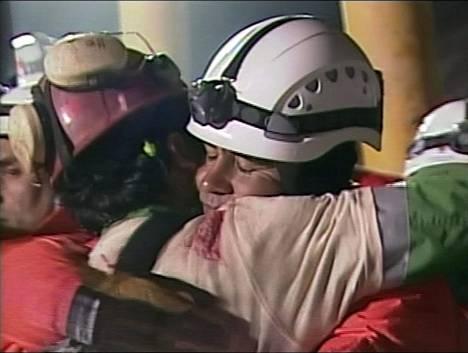 Florencio Avalos halasi pelastustyöntekijää päästyään kaivoksesta.